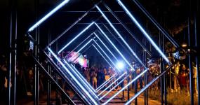 台北人狂歡一整夜!南港人先衝的「2020台北白晝之夜」必拍打卡點要收下,酷炫「光影裝置藝術」、文青「美食市集」讓南港整夜都超嗨。