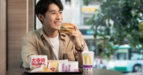 麥當勞響應振興大放送,推出「$150振興五福餐」一次擁有漢堡、鷄塊、鷄翅、薯條、飲料,不必拿出五倍券,也能有五倍享受。