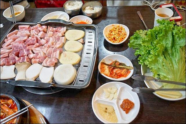 《捷運中和新蘆線/行天宮站美食》肉食天堂東輝韓食館~CP值超高的松五梅烤肉套餐