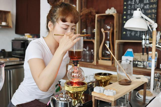 老闆娘煮咖啡