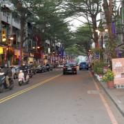 【台中市大隆路商圈】漫步在有著濃濃異國風味的複合式商店街,在享受美食和逛街之餘,累了就坐在有歐式花園風的露天咖啡座,盡情的享受悠閒的氛圍!