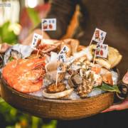 安東建一水產 ▏超澎派的海鮮手抓拼盤給你滿滿der鮮甜海味 海鮮控錯過絕對懊惱!。點海鮮拼盤還有隱藏版握壽司撒密斯送你吃。捷運忠孝復興站