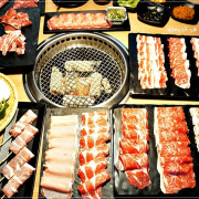 【板橋美食】燒肉殿/板橋捷運站~日本鹿兒島A5和牛、海鮮吃到飽、飲料、啤酒無限暢飲,宵夜進場麻辣烤魚免費送你吃