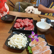 【台北信義區-大毛屋涮涮鍋】寵物無敵友善餐廳、狗狗能一起用餐好幸福。