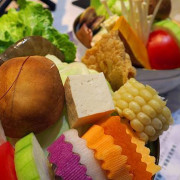 小聚人x美味火鍋|士林捷運站步行八分鐘,人小志氣高小巨人火鍋店~無火鍋料菜盤!