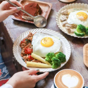 [ 台北美食 ]旭舊咖啡-板橋新開幕獨棟老宅咖啡廳 綠咖哩、打拋豬、提拉米蘇樣樣有