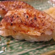 【台南】安平區 ★ 台南吉藏日本料理 - 炙燒比目魚緣側握壽司富含油脂,搭配壽司醋飯入口即化,好想一口接一口啊~