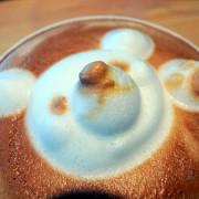 可愛的立體小熊拉花→台中的52cafe!!!