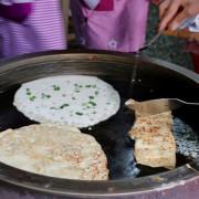 台南 阿公阿婆蛋餅 市場內排隊早餐 傳統麵糊蛋餅 - 奇奇一起玩樂趣