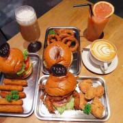 【食記∥台北】Take Out 美式餐廳 捷運六張犁站_地獄辣味漢堡讓人頭皮發麻_台北大安區不容錯過的美味蟹堡_多種類精釀啤酒提供選擇