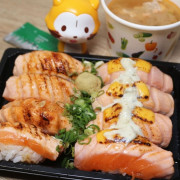 【台南壽司餐盒】鮨次郎壽司推出優惠防疫壽司餐盒  炙燒焦糖與塔塔起司鮭魚  還有干貝、海膽等鮮甜品項