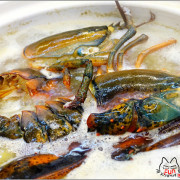 【新竹】第一夯海鮮燒物94狂,新竹活體海鮮燒烤,樸實的裝潢內藏真材實料,鰹魚高湯放入整隻波士頓龍蝦的火鍋,竟然千元有找,烤鮮蚵也只要百元,這麼好康還不快來