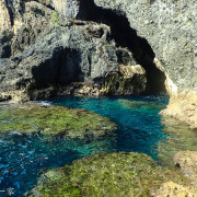 【綠島景點】置身秘境的藍洞洞內尋美人蝦。探訪神秘瀑布。跳天然游泳池-翠湖