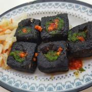 【食-新竹新埔】黑皮臭豆腐♥寒冰城♡全自助式冰城♥黑色臭豆腐♡綠色蒜醬