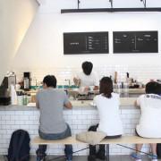 【台中中區。咖啡店】Fleet Street // 近台中火車站,環境簡約舒適,十點前買咖啡送早餐,提供wifi和插座
