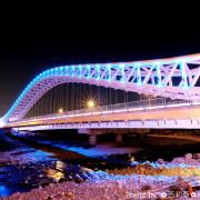 【台中。北屯區】攝影新秘境!白晝猶如冰雪結晶般造型的『海天橋』自行車道,黑夜像似藍眼睛般璀璨奪目,值得旅人探尋!