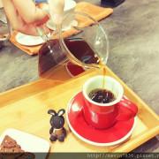 熊喝咖啡~~每杯咖啡都有獨特好喝迷人的驚喜感,甜點從磅蛋糕.橙片.以及甜點控愛的甜而不膩馬卡龍,讓人就想窩在熊喝咖啡呀!