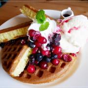 《新竹縣湖口餐廳》【尋路Café】當拉麵遇上咖啡。下午茶必備的野莓冰淇淋鬆餅︱大大景觀草皮適合親子~北湖火車站附近 (影片)