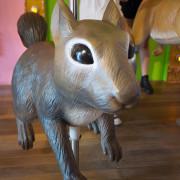 【台中】拾起童心的小天地,讓大人小孩都瘋狂拍照的可愛小店/一起跟旋轉松鼠兔子拍照.艸水木堂