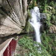 步行於巨石岩壁之間.感受氣勢磅礴的龍宮瀑布/竹坑溪步道