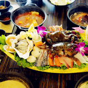 海王子鍋物。鑄鐵鍋煮出好風味,多種湯頭選擇,堅持豬骨加數種蔬果熬製而成,健康美味又安心,推出超值2~6人套餐,絕對吃飽飽回家!
