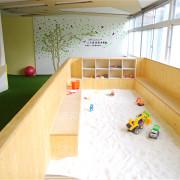 [親子餐廳。台中] 幼稚園變身而成的超寬敞親子餐廳~小鳥築巢親善餐廳~假草坪 x 原木大沙坑 x 氣球屋 x 球池溜滑梯