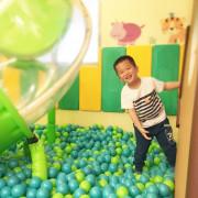 【美食】小鳥築巢親子餐廳|大坪數空間,樹屋球池、繽紛氣球屋、賽道嚕嚕車、家家酒、0-2歲幼兒專區、沙坑,給孩子們一個乾淨玩樂的遊戲天堂