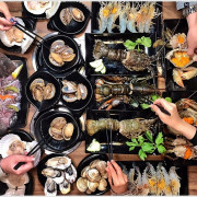 台中火鍋推薦║拾甲鍋物,無敵活體生猛海鮮全制霸!貼心的桌邊服務,極推牛奶、麻油湯底,濃醇香~~ - 小凉的美食小天地