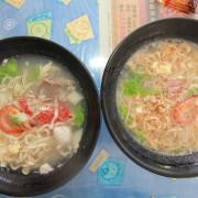 吃。台南|東區。巷弄傳美食,用餐時間人潮滿滿,據說酸辣湯系列很好吃「我家麵館」。