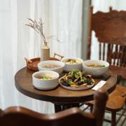 高雄美食||裹麵-我在韓系風格的餐館,吃著台灣傳統拌麵與滷味||苓雅區、傳統美食