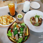 桃園美食︱桃園.旅人咖啡館~桃園後火車站,環境明亮舒適、餐點選擇多樣化