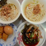 吃。高雄|左營區|果貿社區。眷村平民美食,餐點帶點古早味「阿婆雞肉飯」。