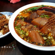 【台中】七巧福牛肉麵,肉質鮮嫩入味又大塊,紅燒湯頭濃郁夠味,看得令人垂涏三尺,