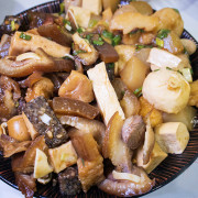 滷味的價格、鐵板燒的食材,雞睪丸、澎湖小卷、日本干貝通通都能滷