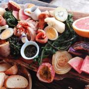 |關於美食(台東 x 我在玩-玩冰箱)|禾乃氏口袋食堂分享日誌-東海岸最夢幻路邊攤,超豐盛木盤原野風早午餐。