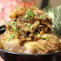 [ 台北101/世貿站美食]  淺藍 × 牛角次男坊~堆得跟小山一樣高,滿滿的肉肉肉