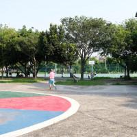 台中大肚│大肚運動公園-足球造型溜滑梯、籃球場、網球場、遊樂器材,還有一片綠油油草地,大肚萬興宮對面 - 藍色起士的美食主義