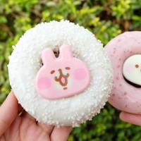 光看包裝就尖叫!「卡娜赫拉造型甜甜圈」只在Mister Donut獨家限定,全新櫻花季甜甜圈加碼買三送一。