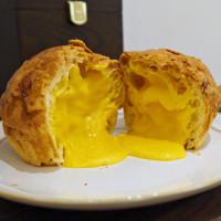 可頌控一定要知道!「貪吃狗」甜點店打造獨家「黃金流沙可頌」,再加碼推出「北海道牛奶泡芙」強勢挑戰可頌控的新歡。