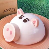 怎麼可以吃豬豬!BLACK As Chocolate推出玩具總動員「火腿豬撲滿」蛋糕,超萌外型讓甜點控拍到捨不得吃。