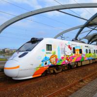 Kitty迷快上車!台鐵環島之星「Hello Kitty繽紛列車」超萌進站,獨家限定6節Hello Kitty造型車廂一定要拍。