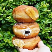 甜點控先搶「甜甜圈買一送一」!Dazzling Cafe推出爆餡「蜜糖甜甜圈三胞胎」,再加碼連續五天「買一送一」優惠必搶。