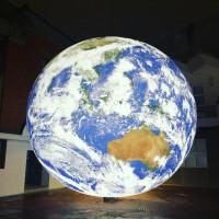 信義區網美先拍一波!洗版IG漂浮地球「蓋亞」快閃信義新光三越,超美發光地球絕對要拍。