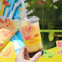 飲料控這波要搶喝!全家聯名立頓推出全新「水果茶氣泡酷繽沙」,強勢搶攻飲料控夏天必喝稱號。