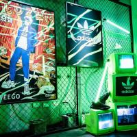 IG網美照就差這一張!adidas Originals推出全新鞋款OZWEEGO,並跨界社群、藝術與音樂,打造出「原創未來空間」雷射光影描繪藝術引力。