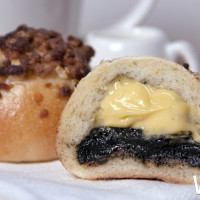 先別管是泡芙還是貝果了!好丘獨家推出「爆漿泡芙貝果」快閃信義區,期間限定甜點控先衝再說。