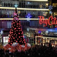 新竹人一定要拍!Big City巨城購物中心打造「15米雪花聖誕樹」,加碼巨型薑餅屋必拍。