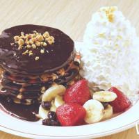 堪稱信義區必吃奶油鬆餅之一!Eggs 'n Things強勢推出全新「黑森林水果 鮮奶油火山鬆餅」,再一次搶攻IG網美第一熱搜關鍵字。