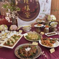 高雄美味老饕搶先吃!高雄瓊瑤小說月推出「瓊瑤宴」,漢來大飯店國際宴會廳席開50桌,要讓高雄美食變的很浪漫、很文藝。