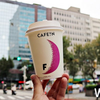 時尚咖啡控一定要知道!東區巷弄咖啡CAFE!N與金牌福灣巧克力推出聯名商品,首推少女系「熱可可拿鐵」。